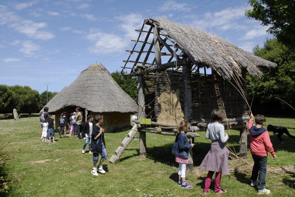 La maison de l'âge du bronze et le grenier (reconstitutions)