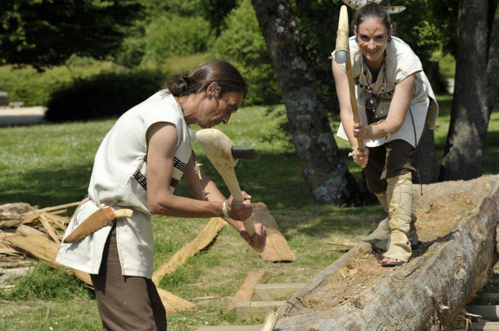 Fabrication d'une pirogue par la tribu