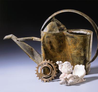 A l'arrière, un vase d'apparat. A l'avant un disque ornemental (symbole solaire ?) et une statuette de dieu protecteur.
